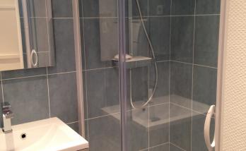 Salle de bain moderne et fonctionnelle