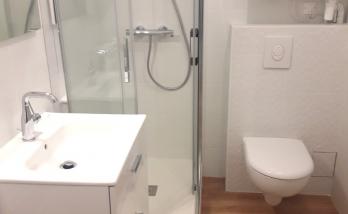 Petite salle de bain dans un studio