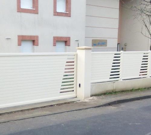 Clôture en aluminium sur muret en béton