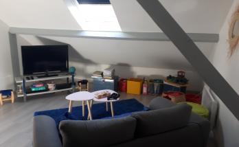 Espace salon télé aménagé dans les combles