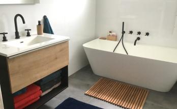Elégante salle de bain avec baignoire