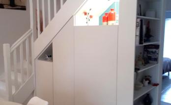 Aménagement de placards sur mesure sous escalier