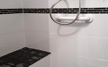 Salle de bain accessible PMR