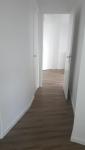 Sol PVC imitation parquet dans tout l'appartement