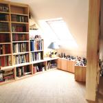 Bibliothèque sur mesure sous combles